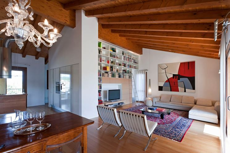 Abbinamento travi legno e parquet con mobili moderni for Arredamento classico moderno soggiorno