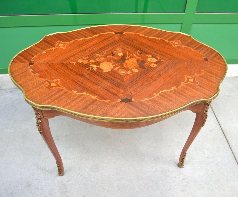 Tavolo Intarsiato ~ Tavolino in mogano sagomato con elaborati intarsi bronzi e ottoni
