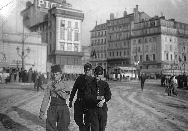 Marseille autour de 1910. Trois militaires promènent sur le quai. Getty images