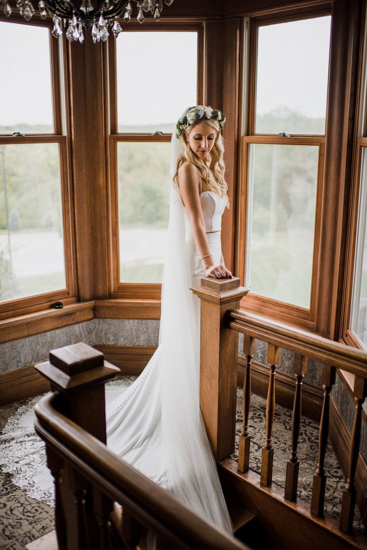 #meredithgravesphotography Elegant and intimate bridal portrait, shot in Kansas City Area by Meredith Graves Photography. | Bridal pose idea | wedding posing inspiration | #wedding #bride #weddingphotography #bridalportraitposes