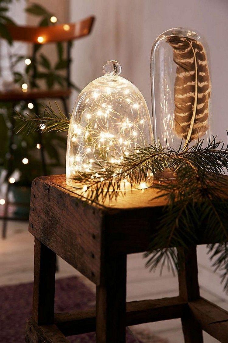 Weihnachtsbeleuchtung Led Baum.Bateriebetriebene Lichterketten Und Eine Feder Unter Glasglocke
