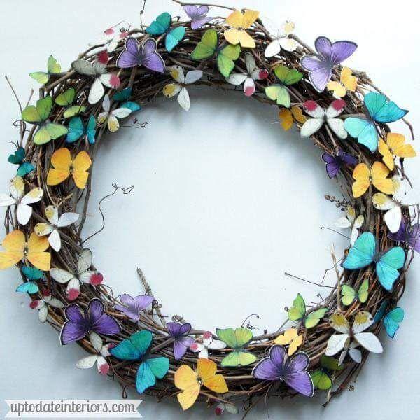 Crea una hermosa corona decorada con mariposas de papel for Puertas decoradas con flores de papel
