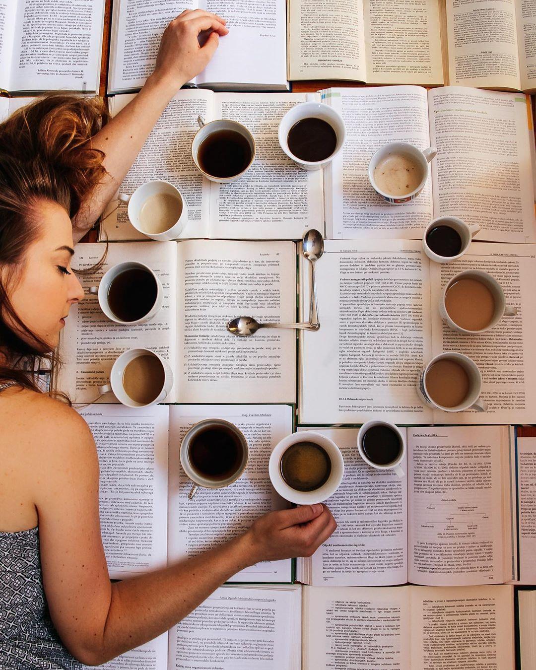Bela kava, tuška kava, espresso, cappuchino, macchiato, latte macchiato … ☕️ Sama sicer nisem ljubiteljica kave, pa vendar se v težkih trenutkih pokaže, da je to ena od osnovnih potreb človeškega srca. . . . #coffee #coffeeoclock #clock #cup #spoon #book #books #literature #study #writing #mastersdegree #tired #sleep #nosleep #allday #allnight #goodmorning #goodnight #lattemacchiato
