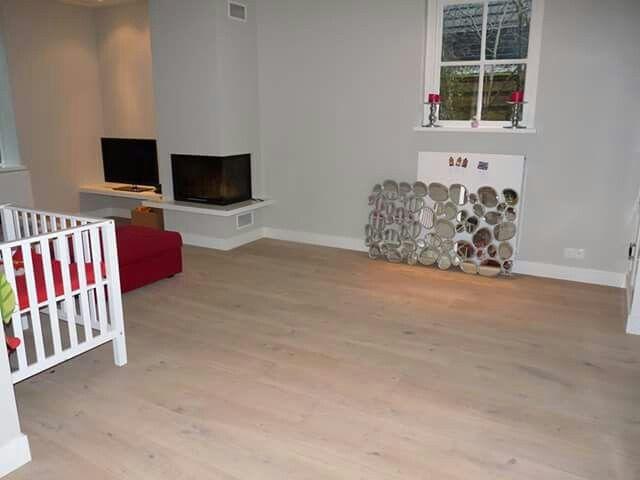 After woonkamer voorzien van een mooie lichte houten vloer cm