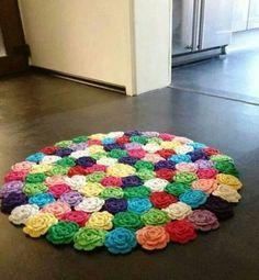 Tapete colorido com rosas de crochê