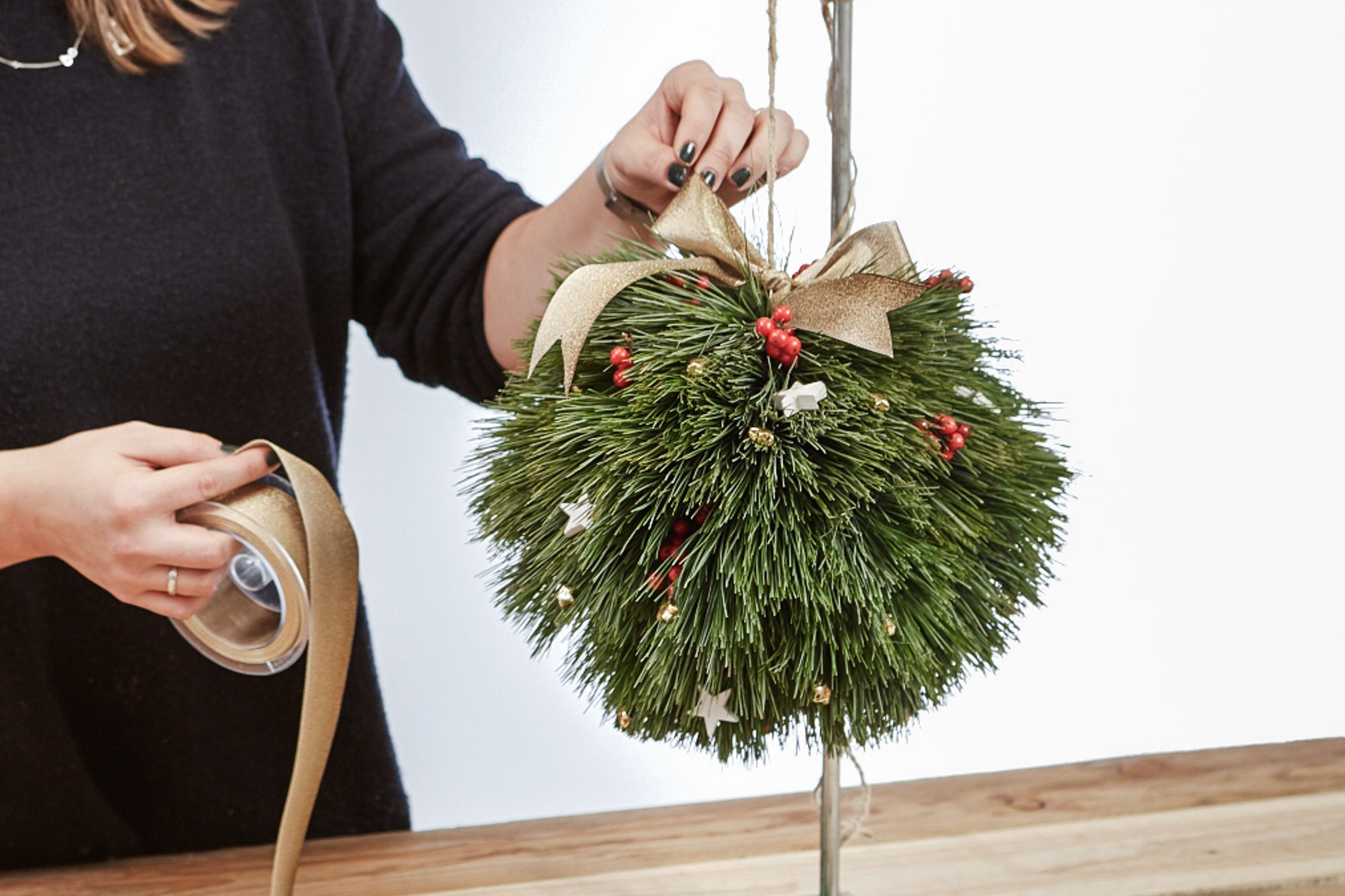 Photo of Christmas DIY PomPoms made of coniferous branches – craftifair