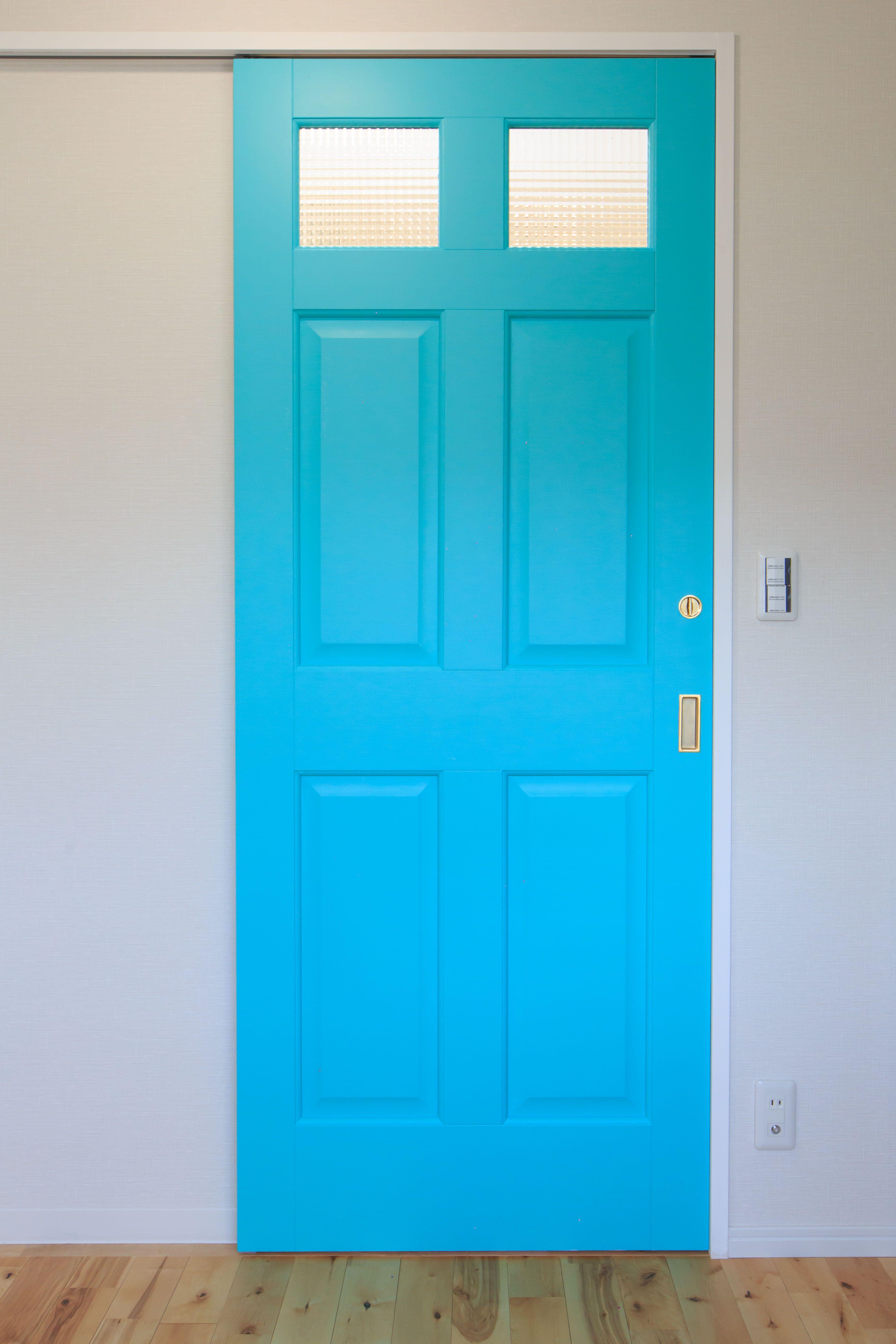 こちらは薄めの爽やかな色の扉です かわいい オシャレ 扉 横浜