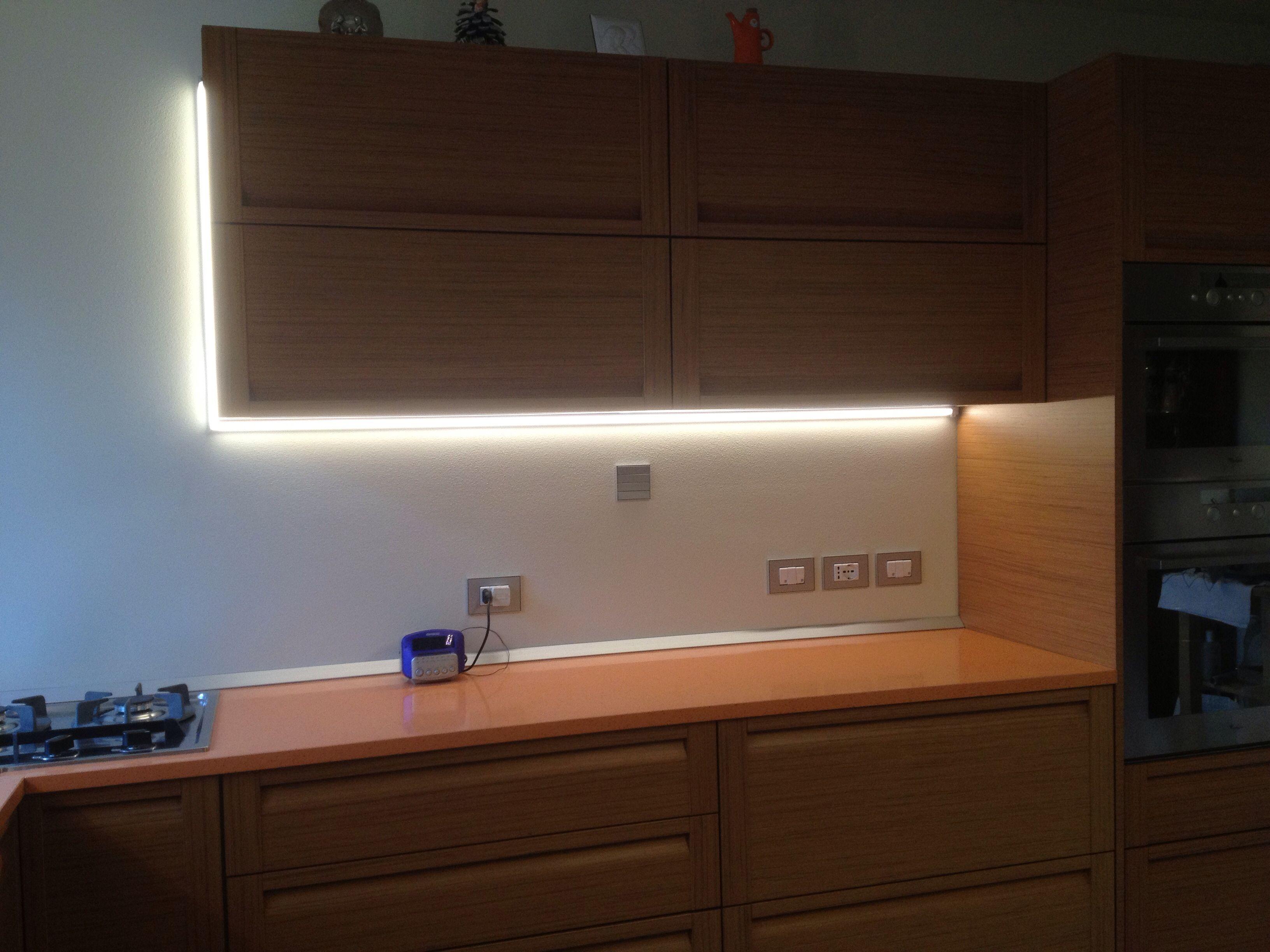 Luce a LED di supporto per mobili in cucina!   Lampade LED   Pinterest