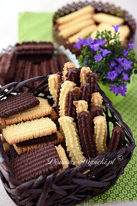 Proste, kruche, maślane ciasteczka wyciskane przez maszynkę do ciastek. Można zrobić je w klasycznej wersji lub kakaowej, zastępując część mąki...