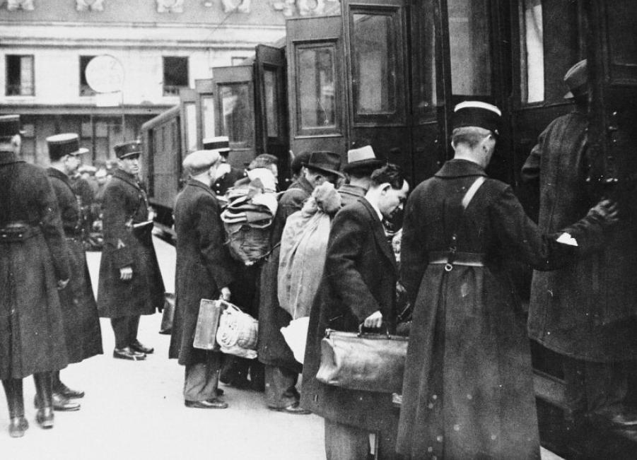 La polizia francese arresta uomini ebrei (1941)