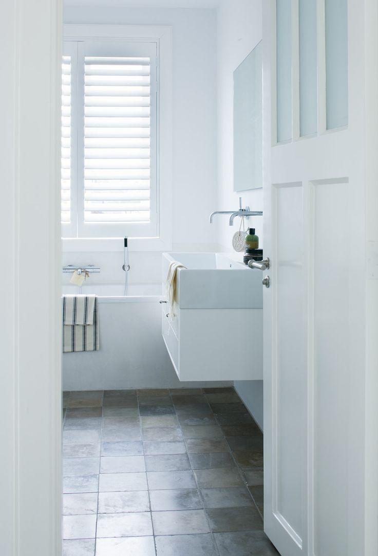 verschiedene Grautöne Fliesen in einem kleinen Badezimmer  Kleine