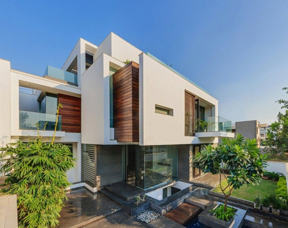 DADA & Partners have designed the Overhang House in New Delhi, India.