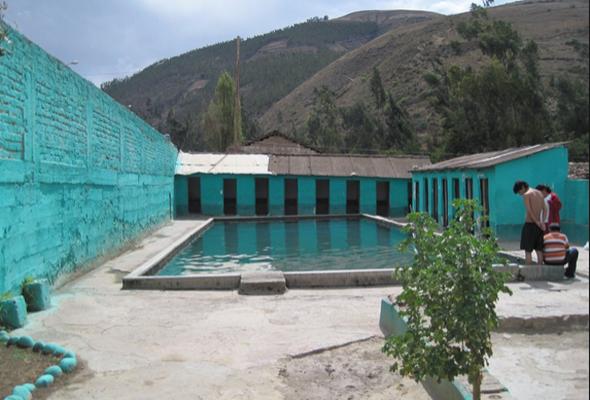 Disfrute de los Baños termales de Hualalachi, en Apurímac.  Desde un manantial brotan las aguas que conducen a los baños termales de Hualalachi, ubicado en el pueblo del mismo nombre, en el distrito de Talavera, en el departamento de Apurímac.