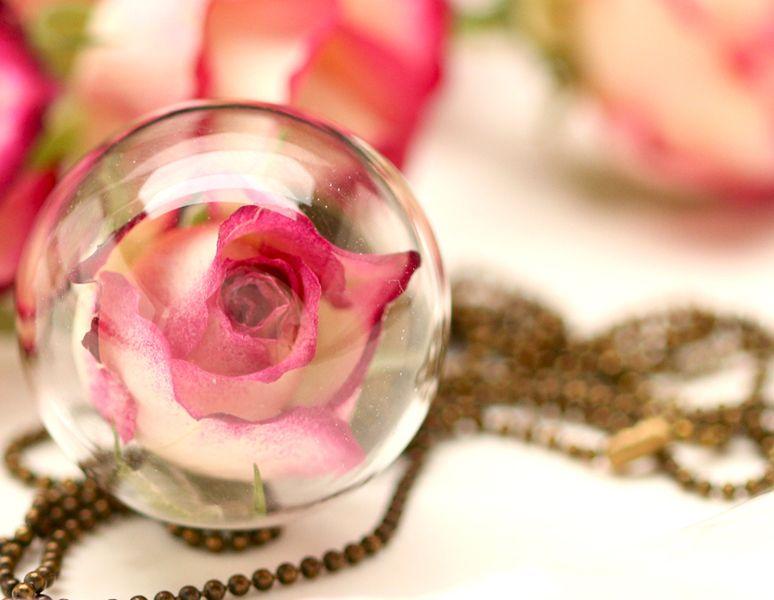 Glaskugelkette mit echter Rose - k209 von VIVIANNA SCHMUCK - natürlich.schön.edel auf DaWanda.com
