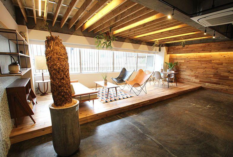Goblin 品川house Cafe店 開発が進む港南エリアに位置する倉庫ビル内をリノベーションしたレンタル撮影スタジオです 一段上がったウッドデッキスペースには 空間にマッチした木製の家具や革張りチェアー ソファーが配置され 自由にご利用頂けます 紋様が特徴的な