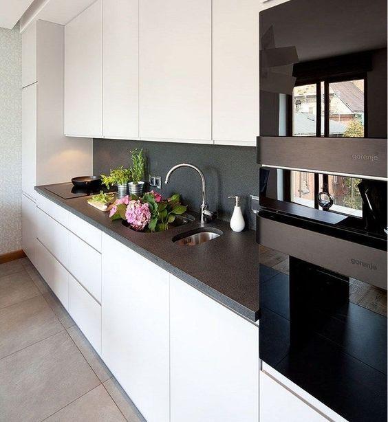 plan de travail cuisine en granit et armoires blanches push-open ...