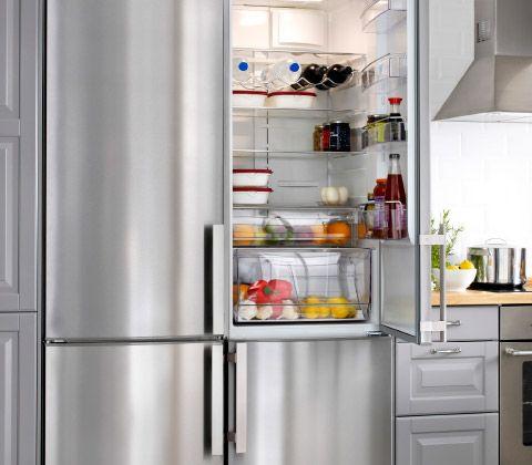 Due frigoriferi/congelatori IKEA in acciaio inossidabile in una ...