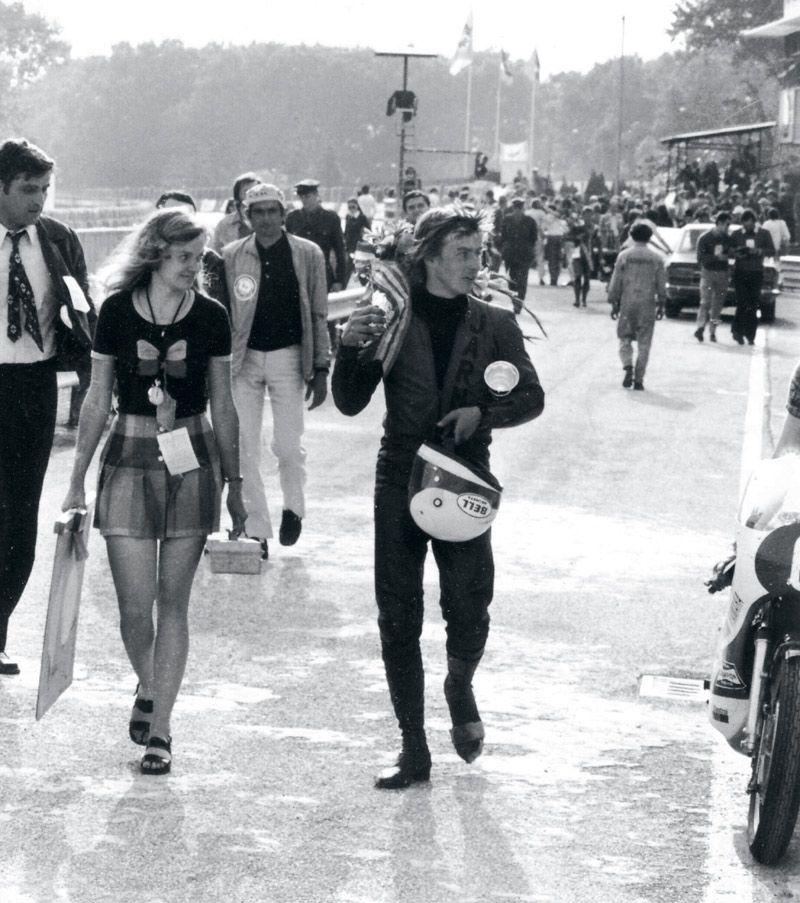 Team Saarinen. Soili huolehtii työkalupakista, Jarno pokaalista Imolassa 1972. Soili ja Jarno tapasivat Uittamon lavalla Turussa juhannuksena 1962. Ei tanssittu, juteltiin. Tytön lyhyt tukka ja mopo jäivät pojan mieleen. Aluksi seurusteltiin salaa. Soili oli 13, Jarno 16. Ja enemmän kesäisin ajettiin kuin riiattiin. Jarno oli ollut töissä Tunturilla ja hankkinut itävaltalaisen 175 Puchin. Soilin tyttökaverit ihmettelivät, miten luokan hiljaisin tyttö liimautui Jarnoon, joka ihannoi toimintaa