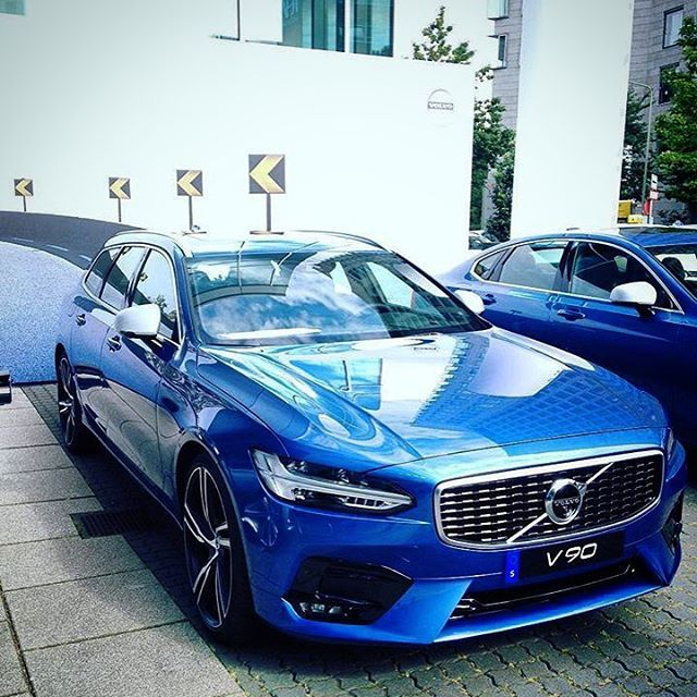 The V90 R-Design In Bursting Blue. (: @fescheu ) #wow #V90RDesign #V90 #wagonspotting