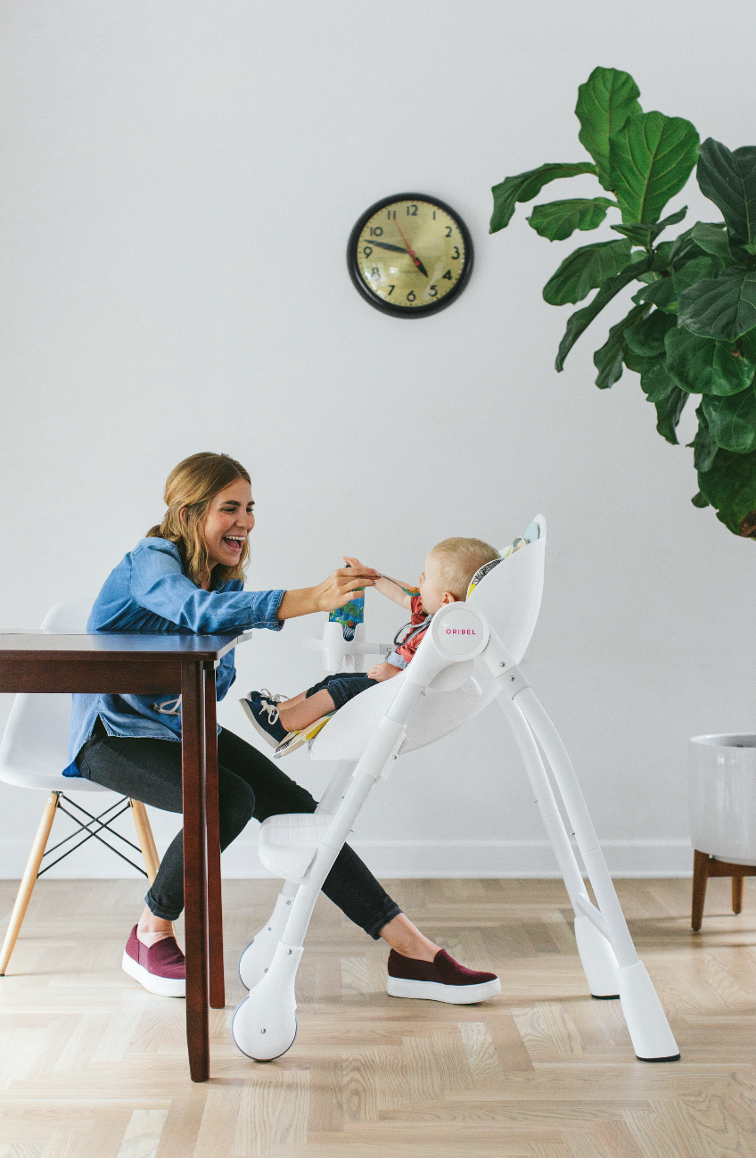 The unique Food & Cup Holder of Oribel Cocoon high chair attaches to the side of the high chair allowing you to come closer and to feed easier.