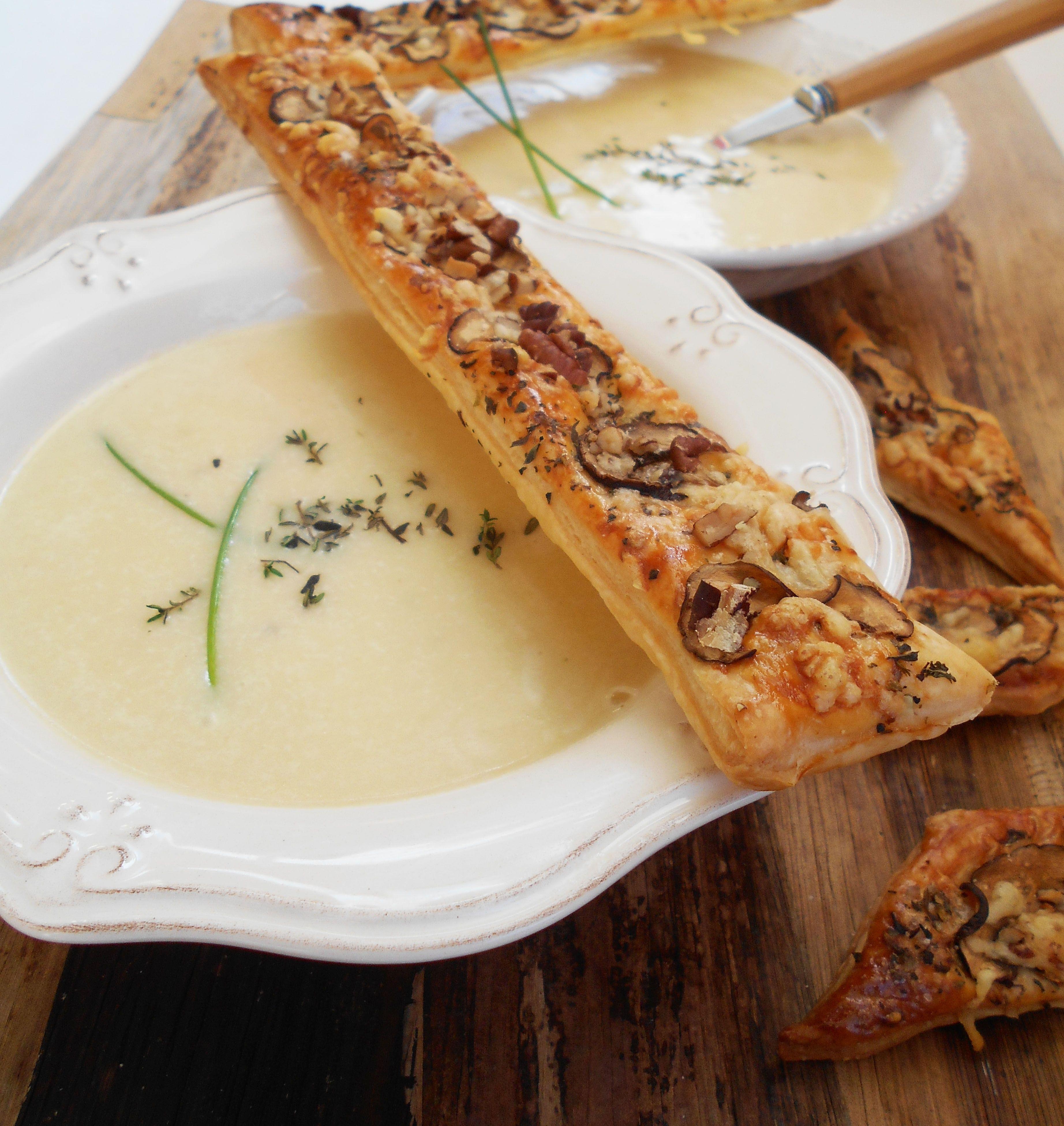 Diese cremige Suppe wärmt Leib und Seele! <3 Jetzt im Herbst löffel ich ja für mein Leben gerne Suppen! Von mir aus könnt es jeden Tag so ein warmes Süppchen geben. Ja ok, da hat dann mein Liebs…