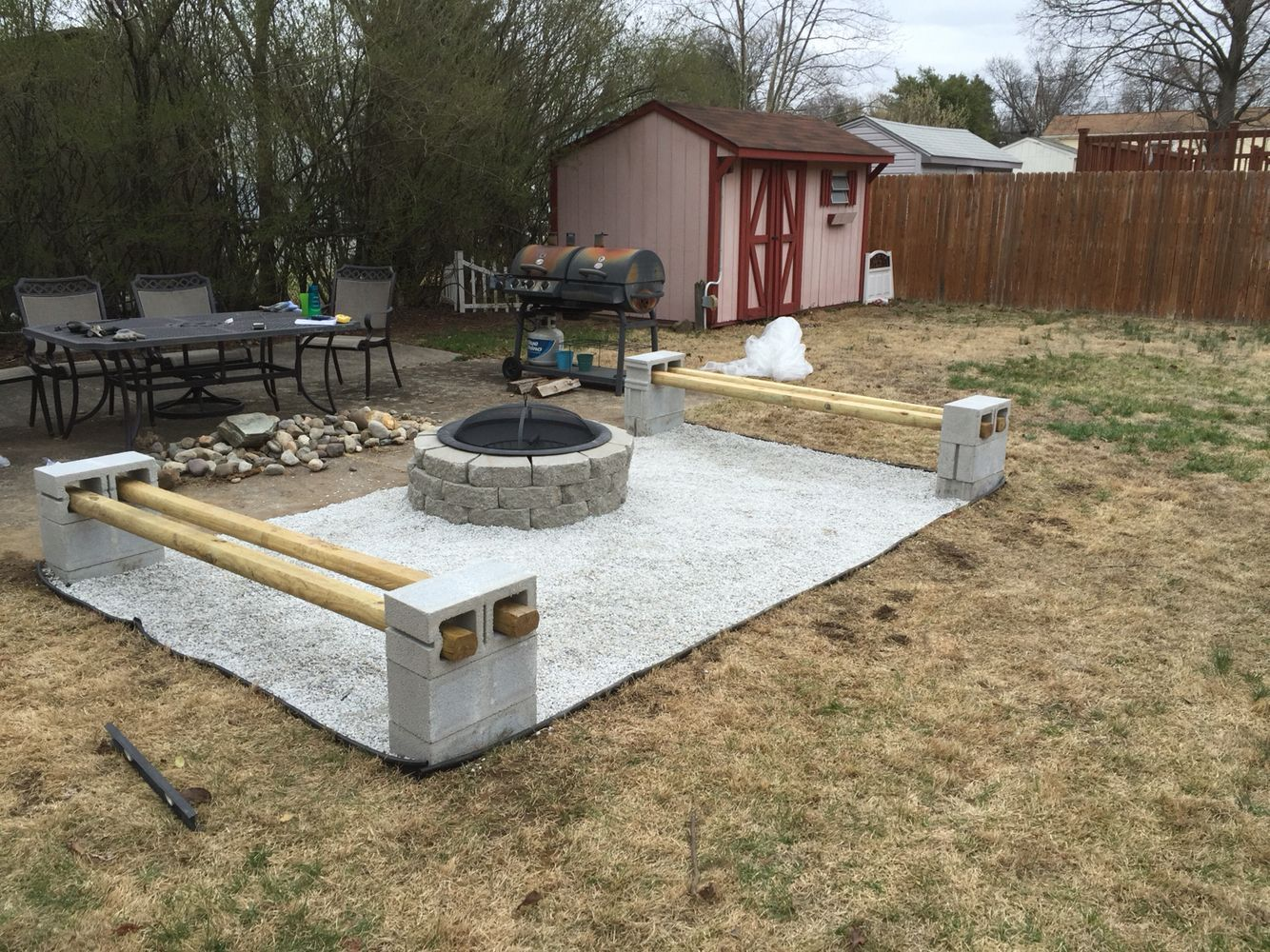 Diy Fire Pit Gravel Flooring With Cinder Block Benches Backyardbenchcinderblocks Fire Pit Backyard Fire Pit Landscaping Backyard Fire