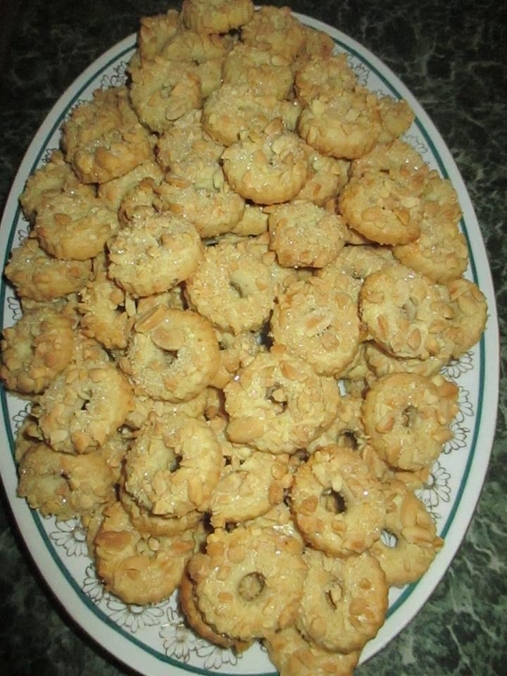 Arašídové věnečky... 300g hl.mouky, 200g masla, 100g m.cukr, 1lžička pr.do peč., půl lžičky citr. kůra, 1 vejce, špetka soli (můžete přidat hrst ml.ořechů) Vykrájíme kroužky, (věnečky), asi 4-5mm silné, potřeme rozšleh.bílkem, posypeme nakráj. neslanými ořechy a krystal.cukrem.Pečeme na 180°do růžova.
