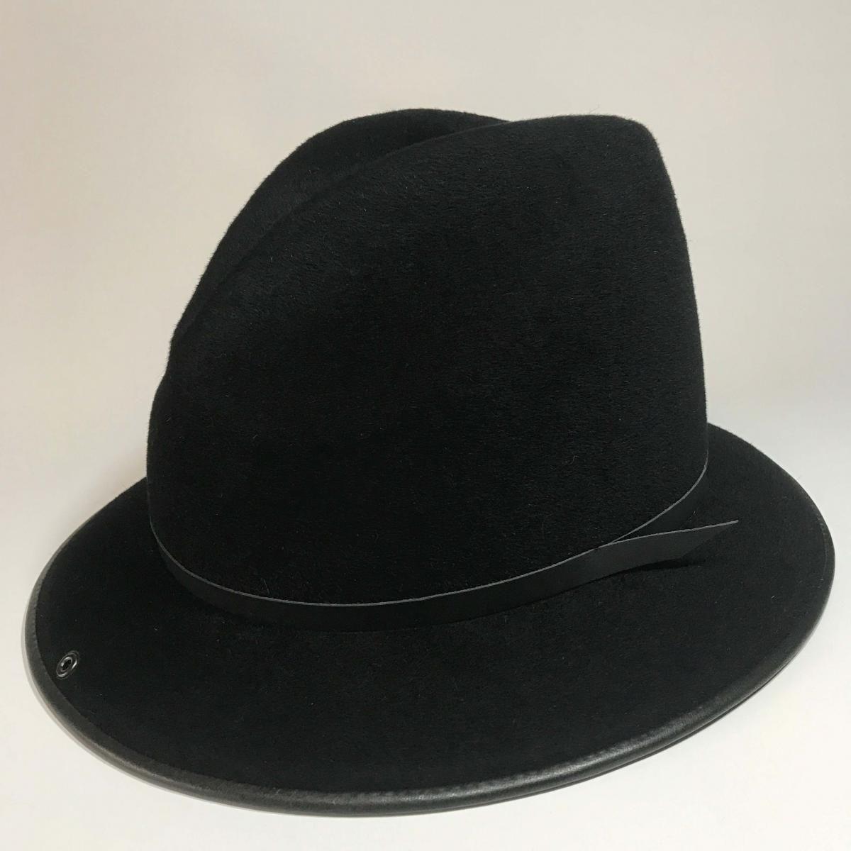 かぶり心地にこだわっていく上で生まれた機能美。水沼ハットのオリジナル帽子は帽子通の方にも、帽子が苦手な方にも被っていただきたい商品です。かぶりこむことで時間の経過と共に生まれる、クズレやクタリを ご自身が作り上げた味としてお楽しみください。