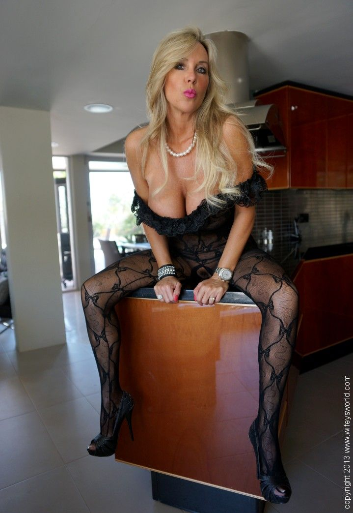 Blonde amateur milf housewife