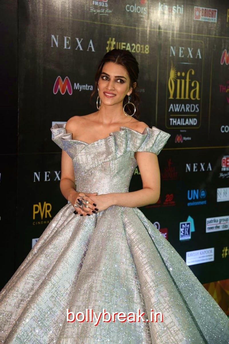 Kriti Sanon On Iifa 2018 Red Carpet Red Carpet Gowns Ball Gowns Wedding Bollywood Dress