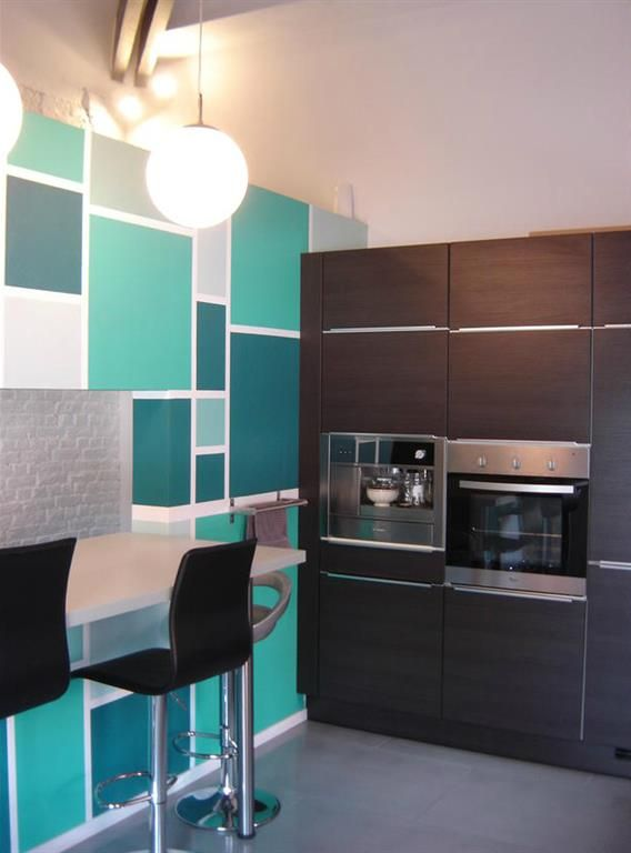 Petite cuisine avec mur motifs carr s mur graphique for Deco cuisine coloree
