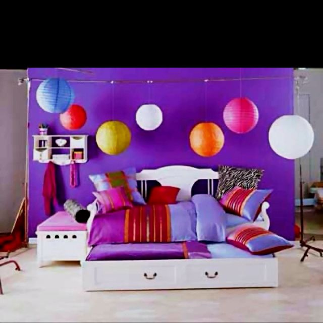 Cute teen room idea with the different round ceiling lights!