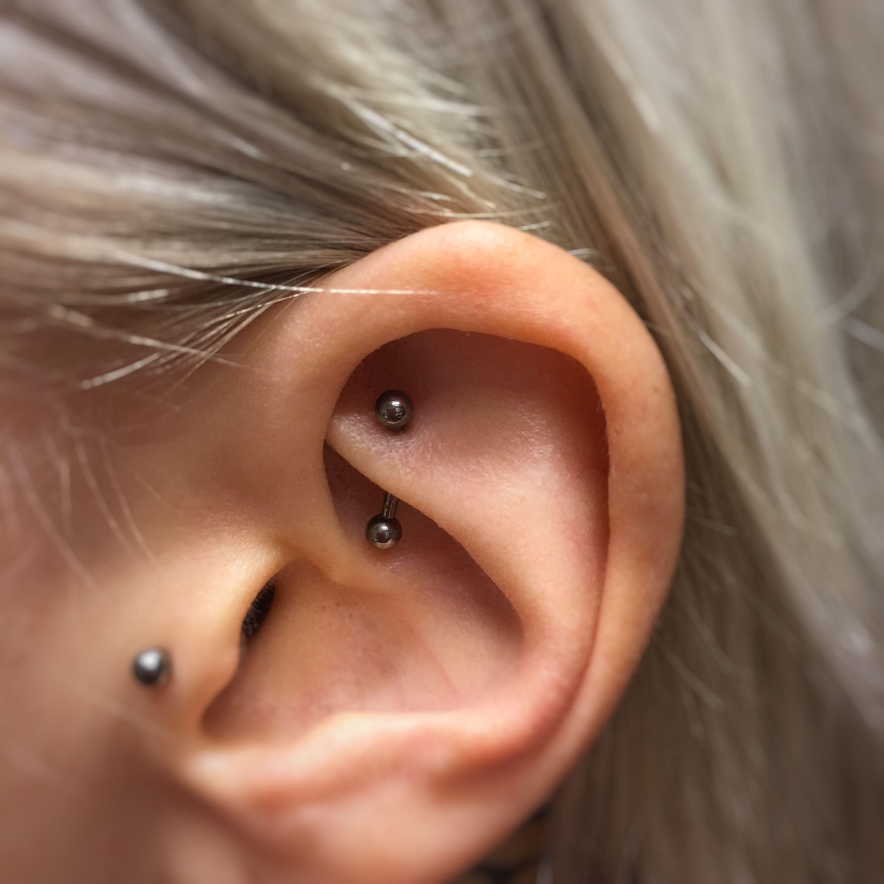 Rook piercing with titanium curved barbell / Rook-lävistys titaanisella korulla…