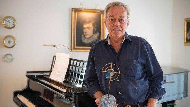 Horst Lettenmayer mit trophäe schauspieler und unternehmer horst lettenmayer