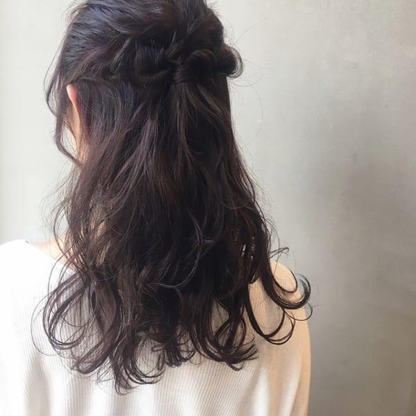 黒髪ロングヘアアレンジ特集 大人女性のおしゃれな簡単まとめ髪をご紹介 Folk ヘアスタイル ロング 簡単 まとめ髪 ヘアスタイリング