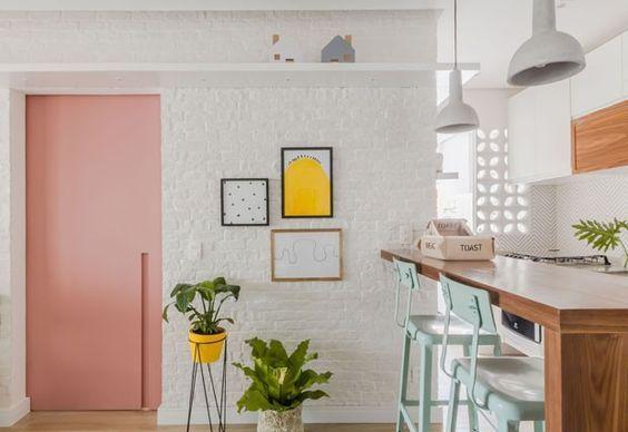 As gravuras da arquiteta Natalia Billa deixam este pequeno apartamento ainda mais charmoso!  No blog você poderá ver mais imagens com obras da arquiteta que tem a ideia de fazer um trabalho bacana, com simplicidade por um valor acessível.