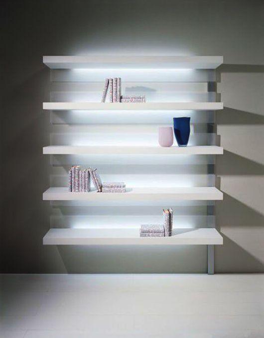 weiße-wandregale-für-moderne-wandgestaltung-wohnzimmer-mit