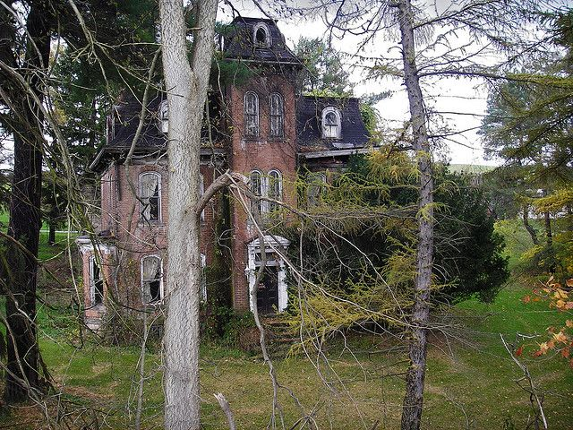 Old House It S In Brownsville Pa About 35 Miles South Of Pittsburgh On The National Pike Rt 40 It S J Old Mansions Abandoned Mansions Abandoned Places