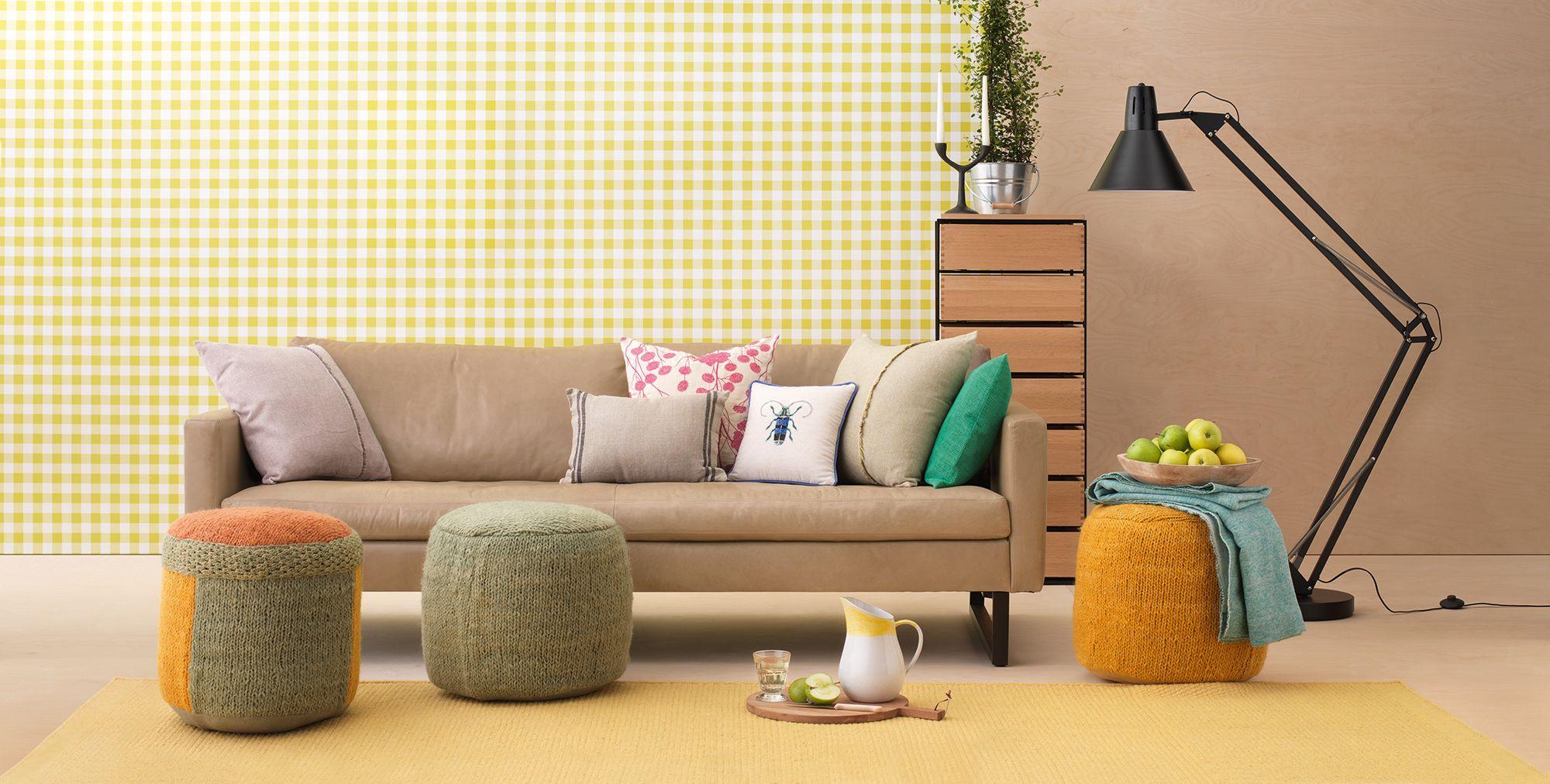 Das INDIANA Sofa ist neu bei uns Die gestrickten Hocker geben den