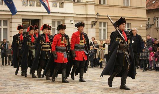 Na Odusevljenje Sve Brojnijih Turista U Zagrebu Zagreb Military Figures Croatia
