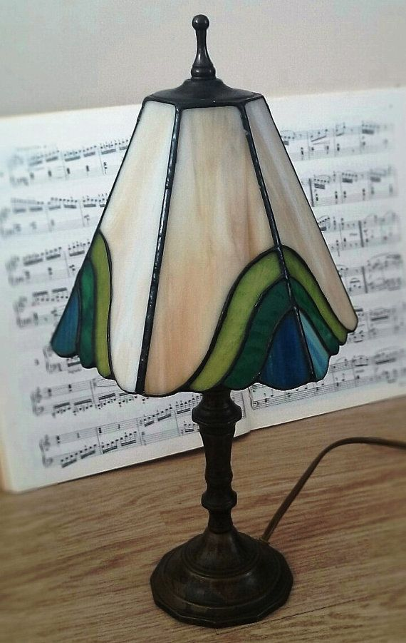 Een mooie Tiffany stijl glasinlood tafel lamp. van RVHills op Etsy, €42,99