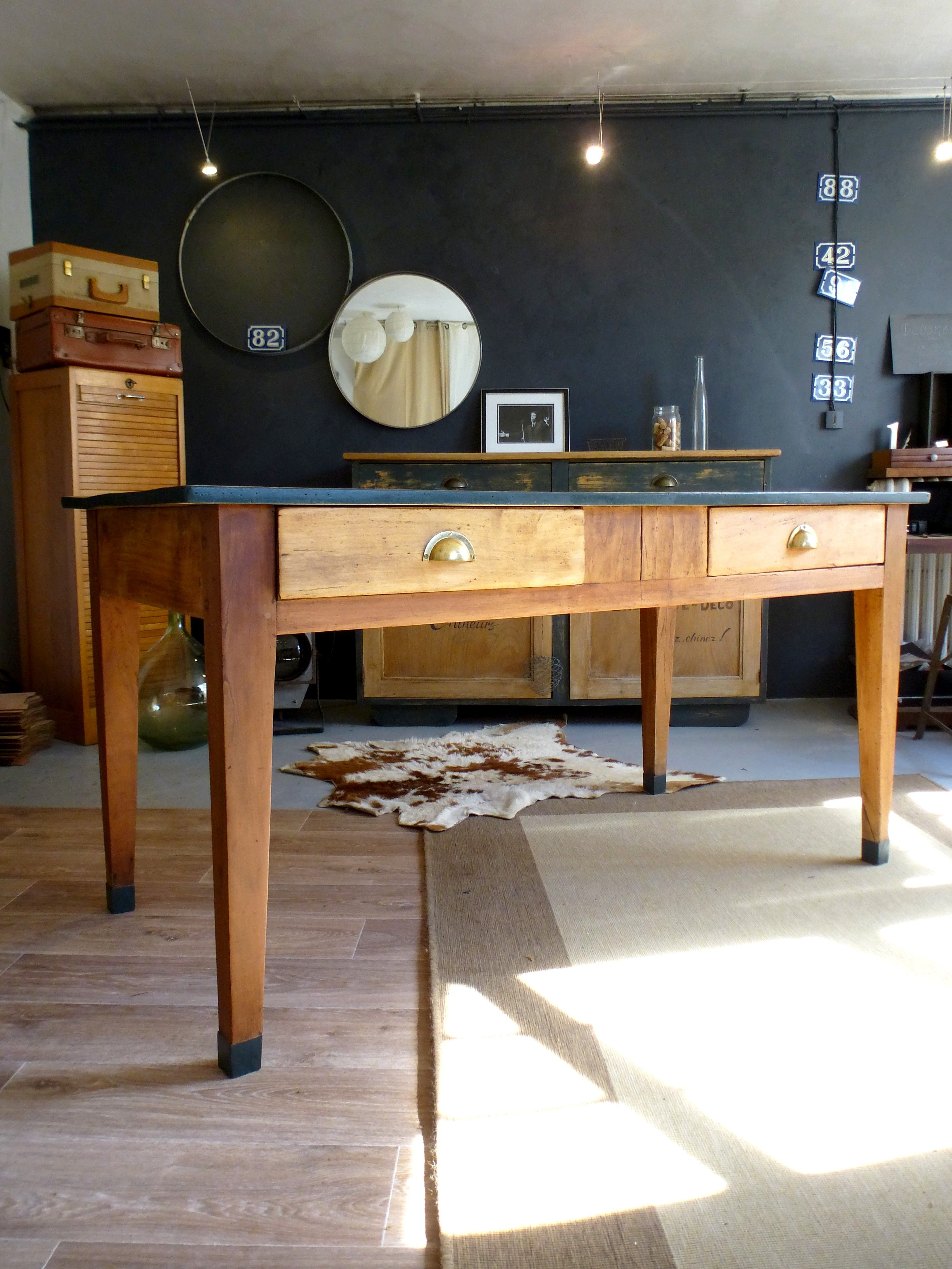 table manger ancienne de ferme en bois avec deux grands tiroirs poign es coquilles le pieds. Black Bedroom Furniture Sets. Home Design Ideas