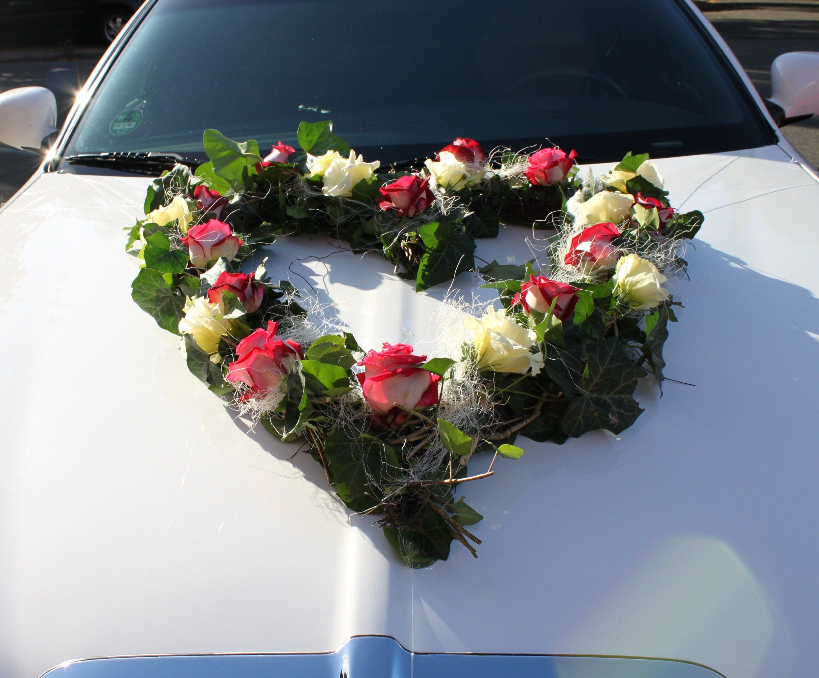 Groes Herz aus Blumen fr die Hochzeit auf der Motorhaube