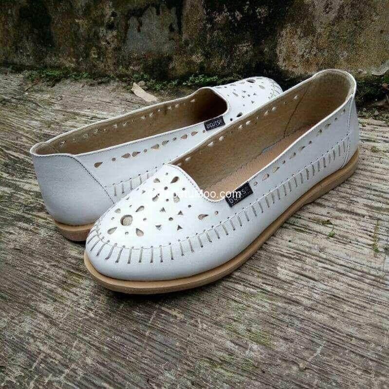 Sepatu Flat Kulit Wanita Larasati Warna Putih Shoes Fashion