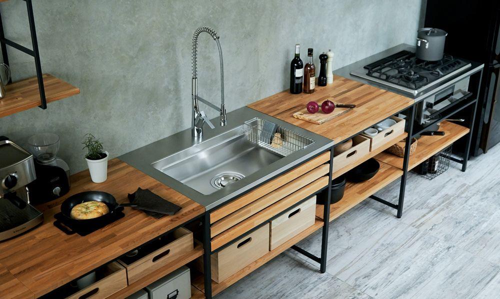 木の棚板と鉄のフレームを組み合わせたシステムキッチン システム