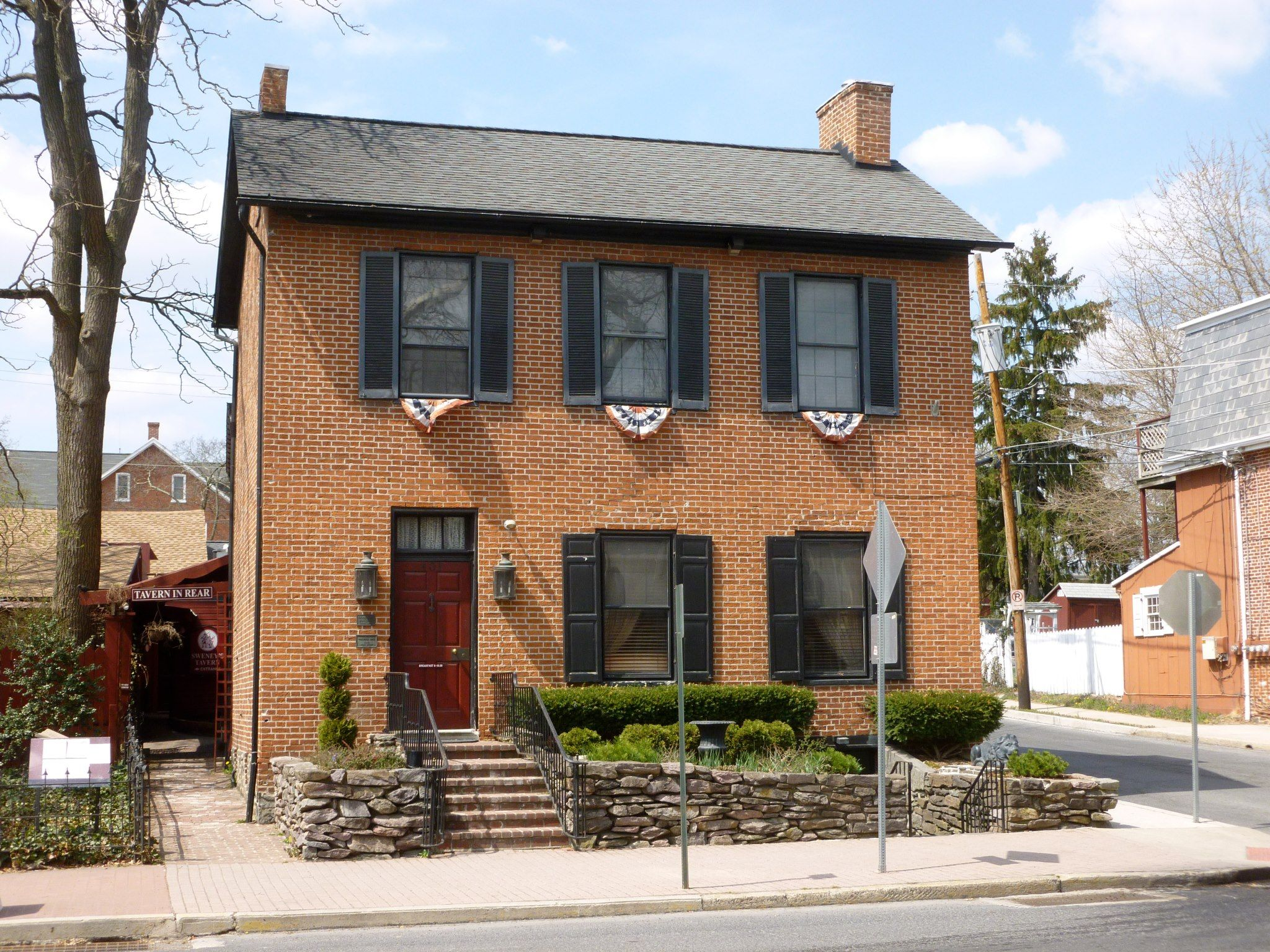 Deemed As One Of The Most Haunted Inns In America By The Travel Channel Guests Can Tour The Tavern Where Confede Farnsworth House Haunted Hotel Most Haunted