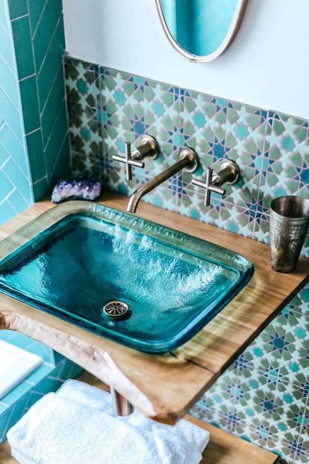 Badezimmer In Turkis Florare Fliesen Und Kleiner Waschtisch