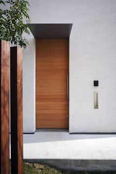 北向き旗竿地でも明るい家 日本のモダンな家 現代的な玄関ドア 家