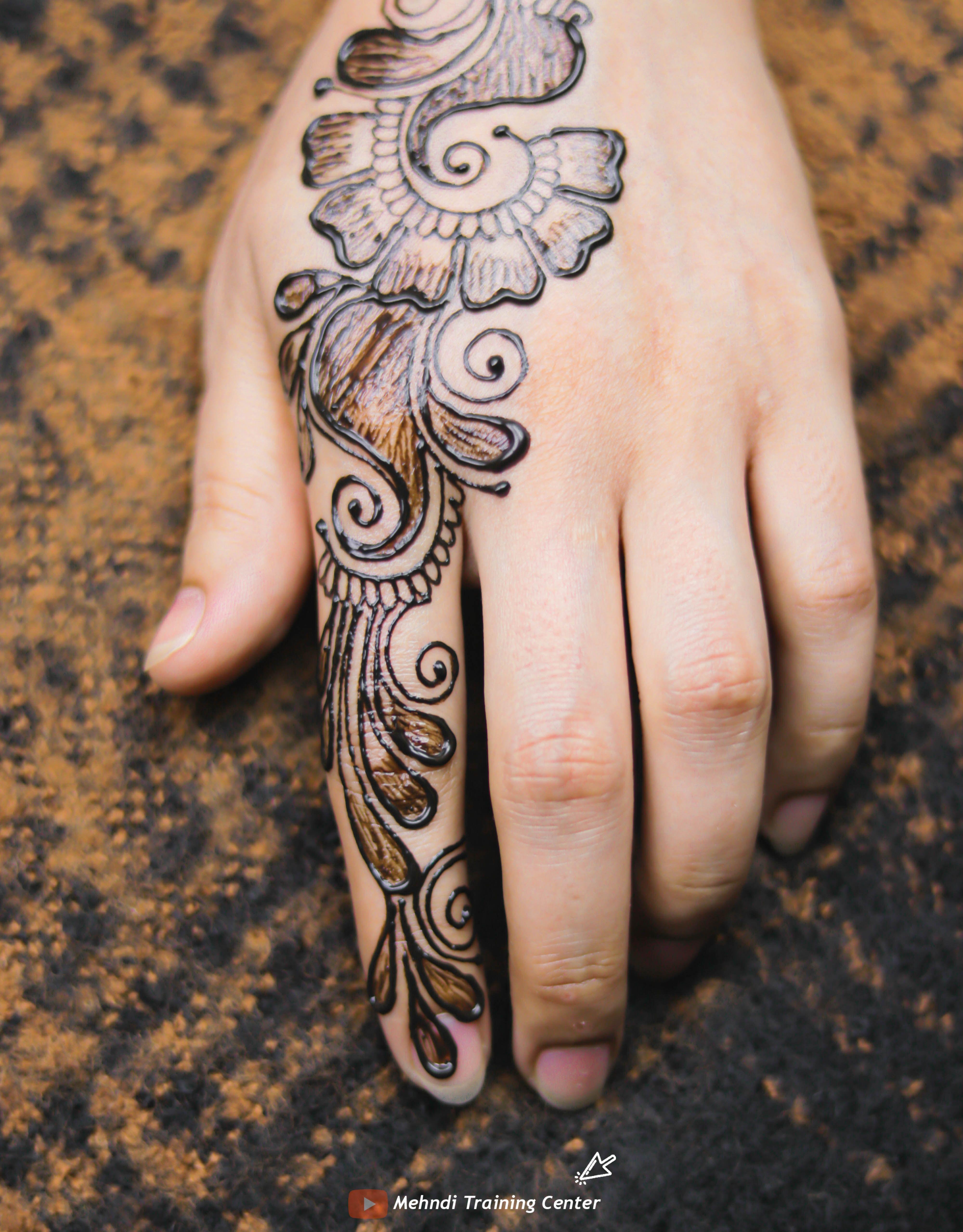 تصميم الحناء هذا جميل جدا وسهل التطبيق يمكنك تطبيق تصميم الحناء على يدك يوم العيد Tribal Tattoos Henna Hand Tattoo Hand Henna