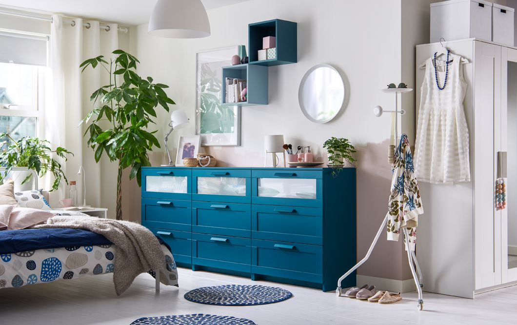 Hol Dir Farbe Ins Schlafzimmer! Zum Beispiel Mit Unseren BRIMNES Kommoden,  Hier Blau Lackiert.